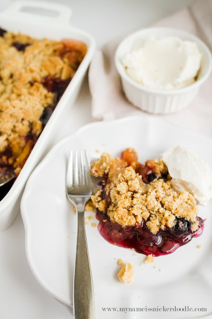 These Peach and Blueberry Crisp is as delicious as it is gorgeous! The recipe is super easy, too! | mynameissnickerdoodle.com
