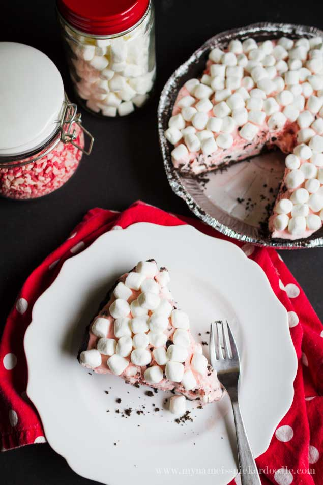 This is such a fun holiday treat that requires no baking! Chocolate Peppermint Marshmallow Pie! | My Name Is Snickerdoodle