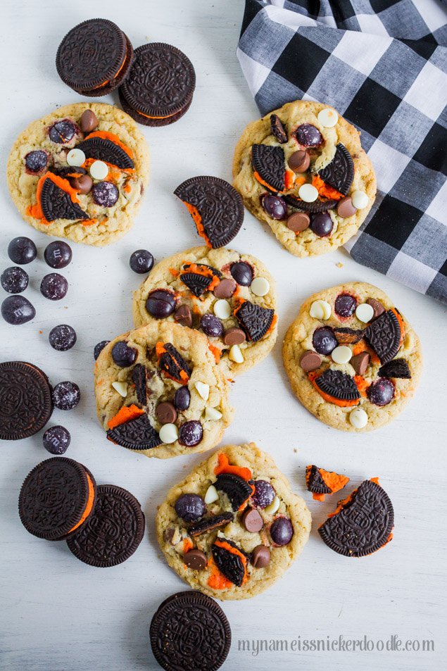 These Halloween Cookies and Cream Cookies are perfect for any party, after school snack or trick or treaters!  |  mynameissnickerdoodle.com